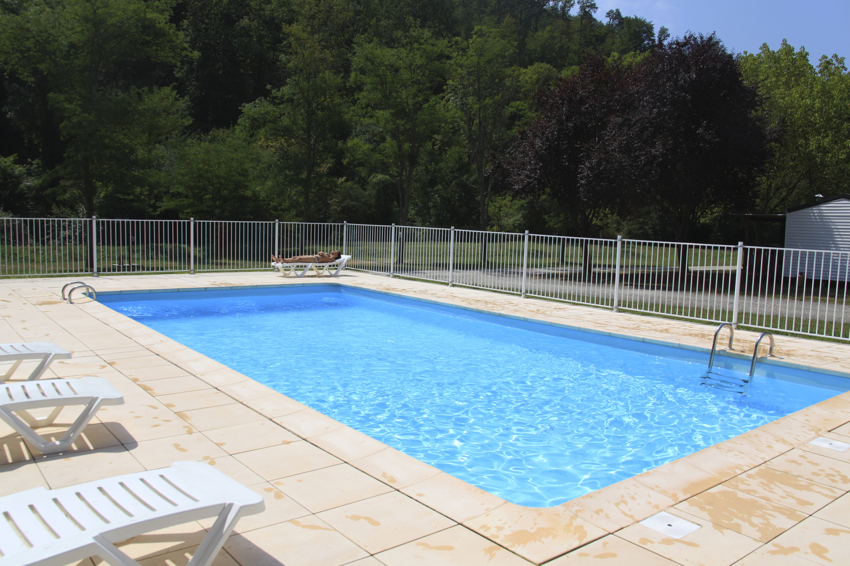 Couverture de piscine b che volet ou abri bienchezmoi for Piscine couverture mobile